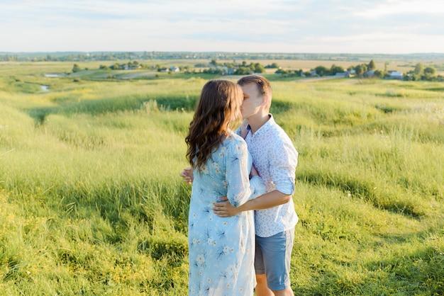 그녀의 남자 친구와 임신 한 여자의 초상화입니다. 아기, 젊은 가족 개념을 기대하는 행복 한 커플