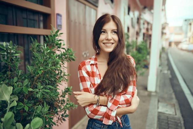 Портрет довольно привлекательной сексуальной молодой женщины с естественным макияжем с красивыми глазами