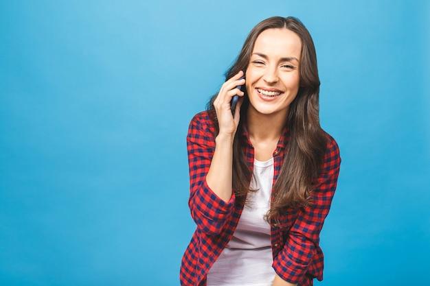 Портрет довольно веселой радостной женщины в непринужденной беседе по мобильному телефону изолированы