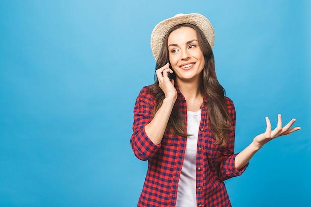 Портрет довольно веселой радостной женщины в непринужденной беседе по мобильному телефону