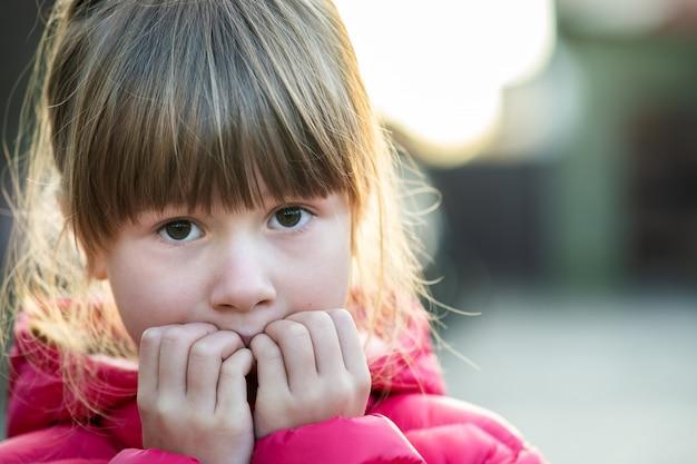 Портрет милой девушки ребенка делая изумленное shoked выражение на ее стороне outdoors.