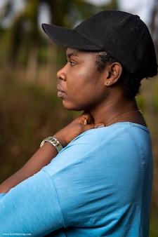 Портрет довольно темнокожей женщины