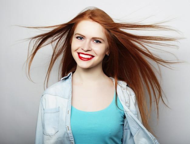 Портрет красивой девушки на белом фоне