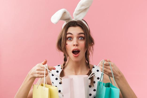 고립 된 서, 쇼핑 가방을 들고 토끼 귀를 입고 꽤 사랑스러운 여자의 초상화
