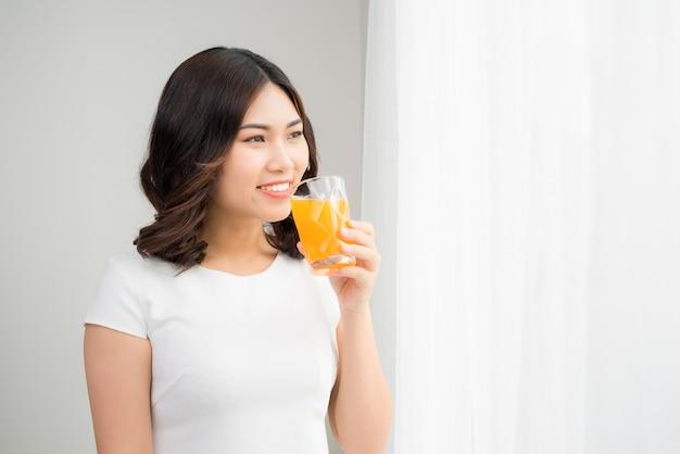 おいしいジュースとガラスを保持しているきれいな女性の肖像画