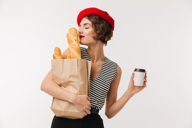 Портрет красивой женщины носить пахнущий берет