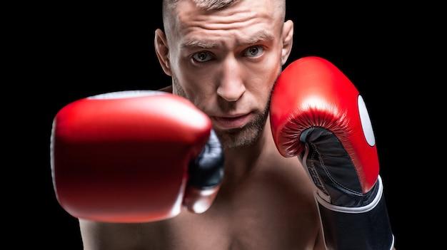 プロボクサーの肖像画。カメラの前にある赤い手袋で伸ばした拳。ボクシングのコンセプト。ミクストメディア