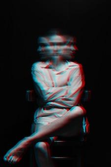 黒の背景に白いシャツで統合失調症と精神障害を持つ精神的な女の子の肖像画。 3dグリッチバーチャルリアリティ効果のある白黒