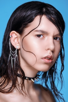 Портрет панк-девушки с темными волосами