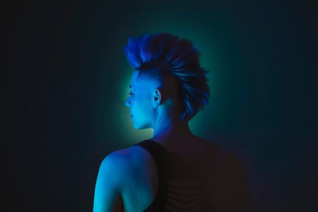 モホーク族の人の青い髪型のパンクレズビアンの女性の肖像画。
