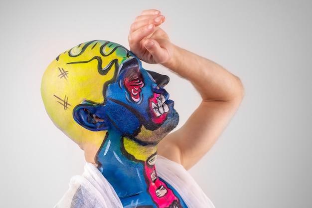 塗られた頭と肩が分離された趣のある男性の肖像画。