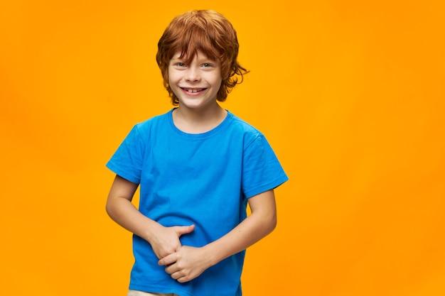 赤髪の子供の肖像画そばかす陽気な笑顔