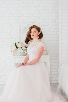 Портрет рыжеволосой девушки в свадебном платье