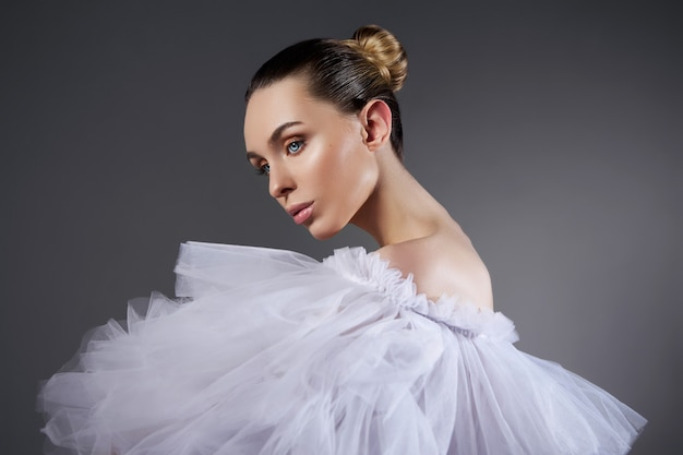 Портрет романтичной красивой женщины в легком платье