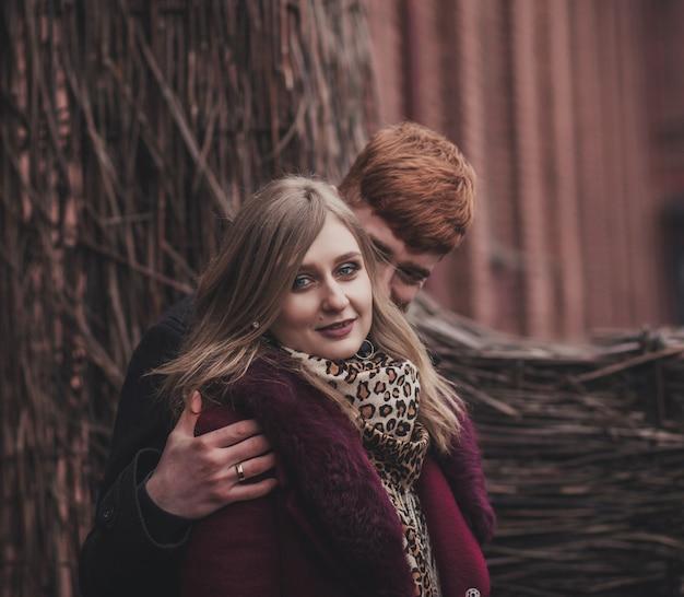 Портрет влюбленной романтической пары в городе