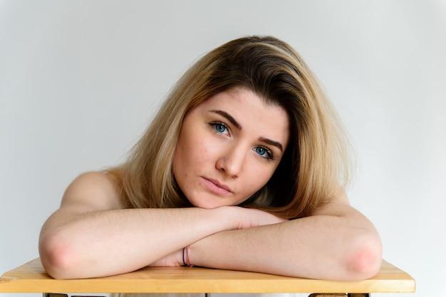 Портрет грустной девушки.