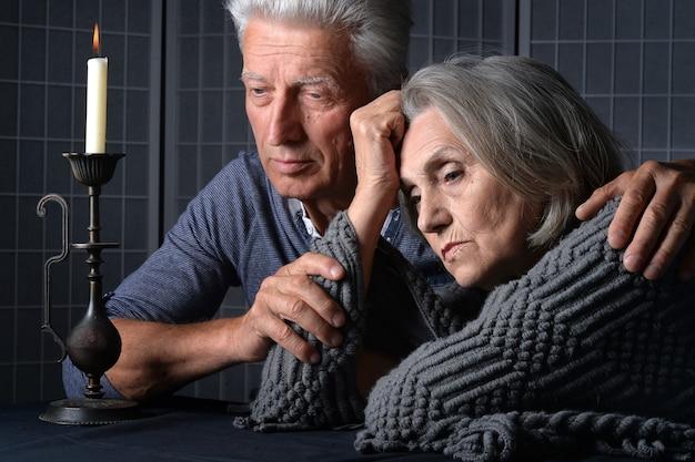 悲しい年配のカップルの肖像画をクローズアップ