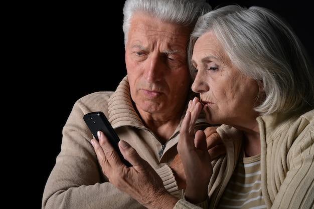 電話で悲しい年配のカップルの肖像画