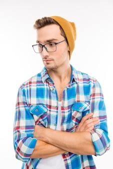 Портрет грустного молодого хипстера на белом фоне