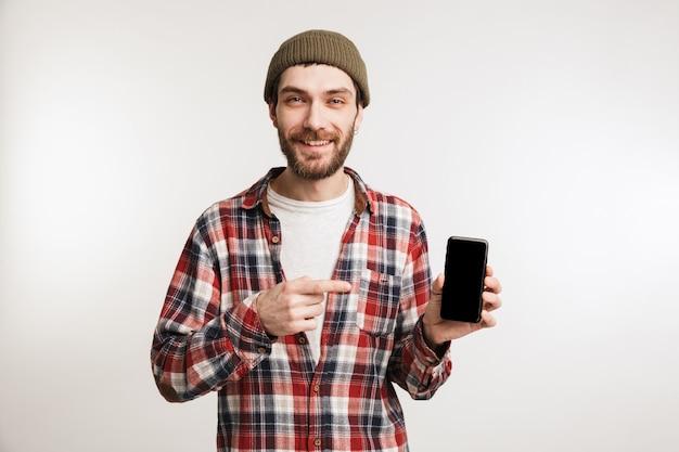 Портрет довольного бородатого мужчины в клетчатой рубашке