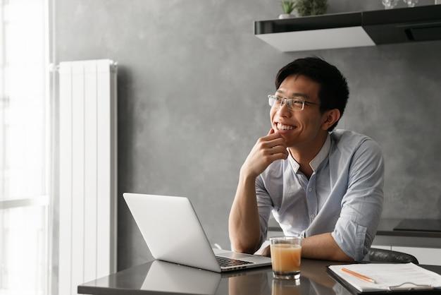 Портрет удовлетворенного молодого азиатского человека