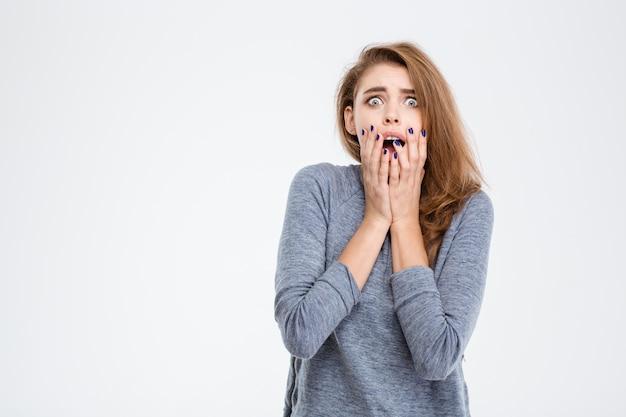 Портрет испуганной женщины, смотрящей в камеру, изолированную на белом фоне