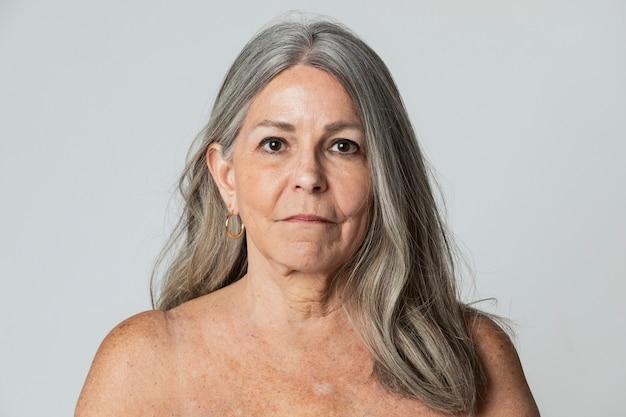 Портрет полуобнаженной красивой пожилой женщины