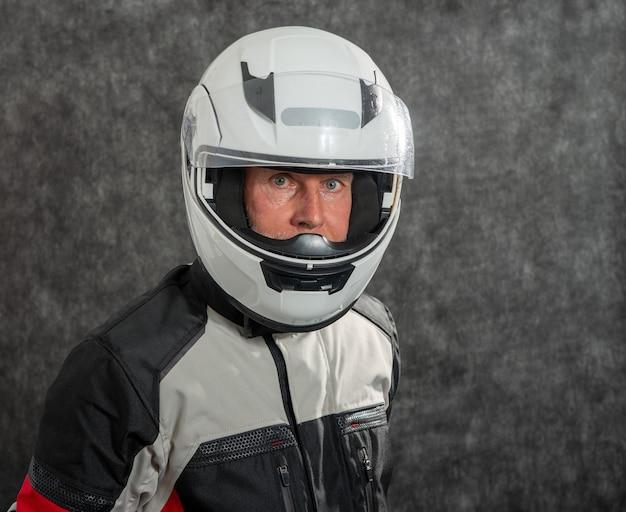 Портрет старшего байкера в шлеме