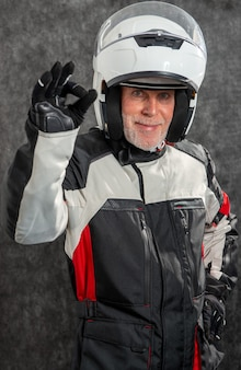 白いヘルメットをかぶったシニアバイカーのポートレートでok
