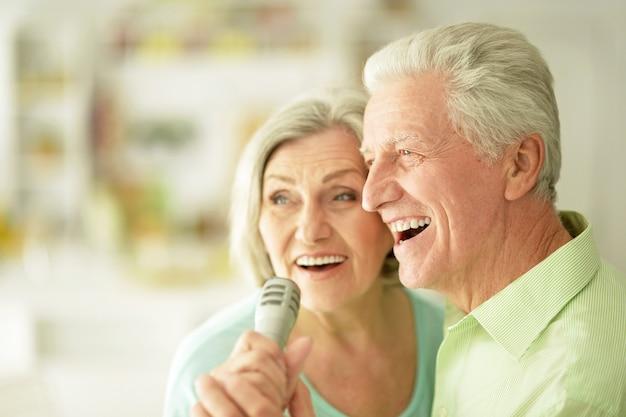 年配のカップルとマイクの肖像画
