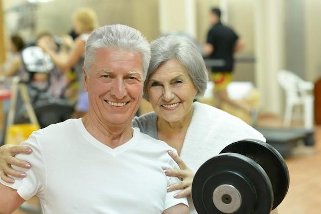 체육관에서 운동하는 노부부의 초상화