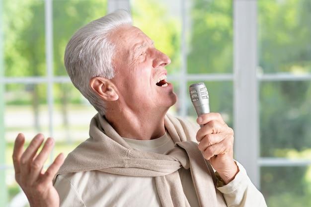 マイクに向かって歌う年配の男性の肖像画