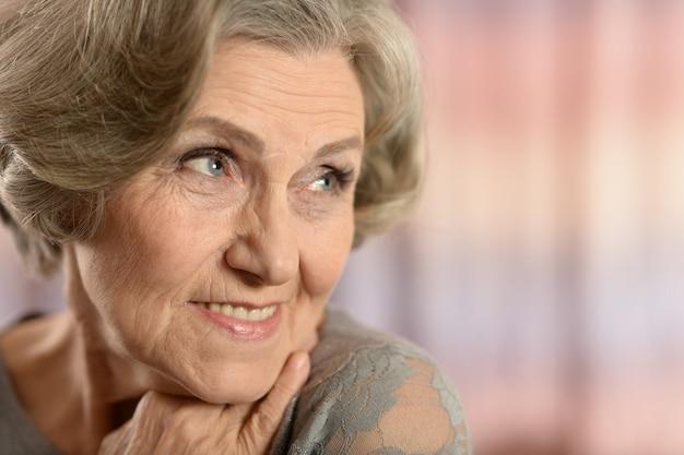 집에서 노인 여성의 초상화