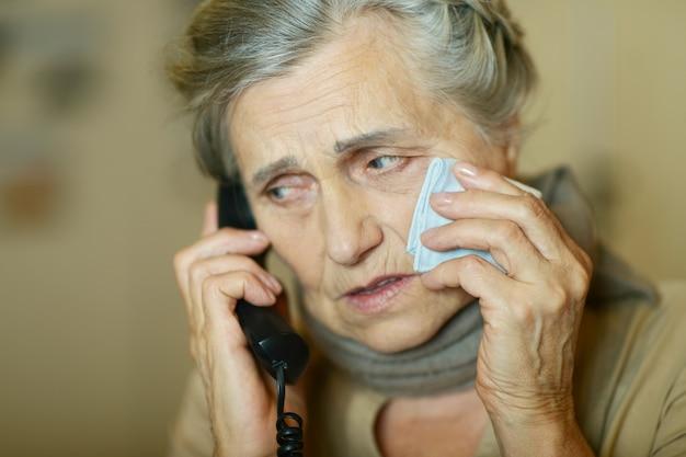 그녀의 의사에게 전화하는 노인 여성의 초상화