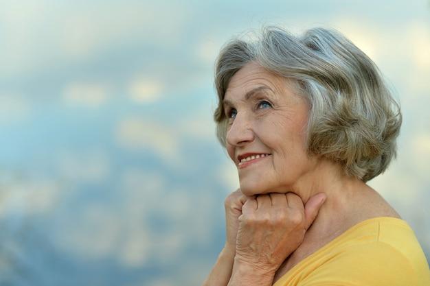 夏の公園で年配の女性の肖像画