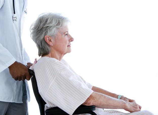 휠체어에 앉아 고위 여자의 초상화
