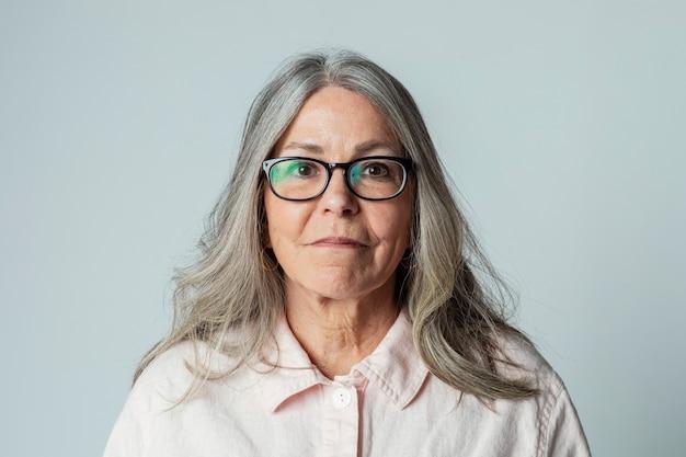 眼鏡をかけている年配の女性の肖像画
