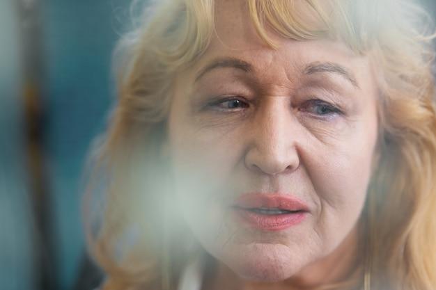 空いている表情の年配の女性の肖像画
