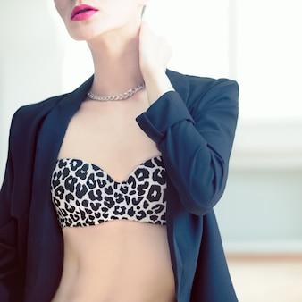 섹시한 속옷에 관능적 인 여자의 초상화