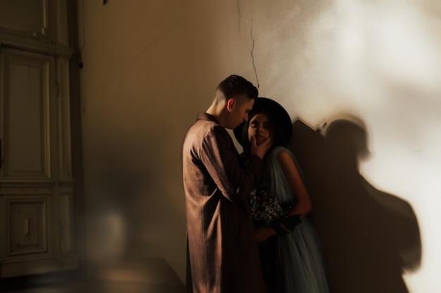 ハンサムな男と日光の下でポーズをとって目を閉じて官能的な女の子の肖像画。