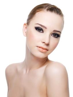 Портрет женщины чувственности с яркими черными красивыми глазами.