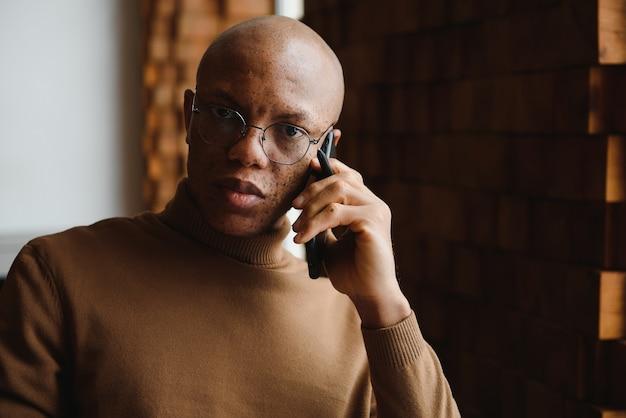Портрет серьезного афро-американского мужчины в очках