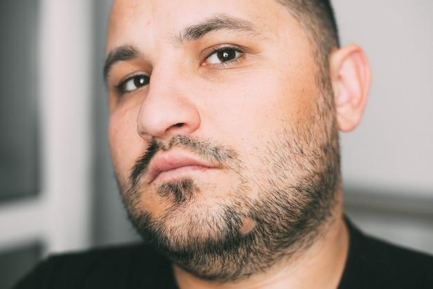 Портрет серьезного бородатого мужчины