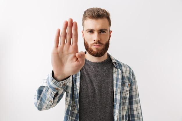 Портрет серьезного молодого бородатого мужчины