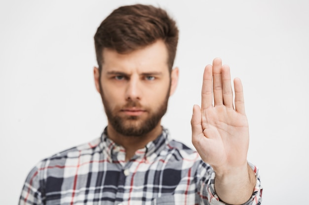 Портрет серьезного молодого человека в клетчатой рубашке