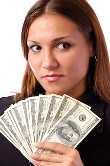 돈 지폐를 들고 심각한 젊은 여자의 초상화는 흰색 배경에 고립