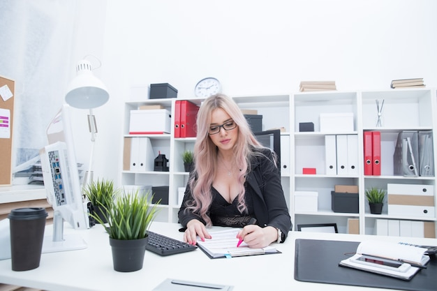 オフィスでセクシーな女の子の肖像画