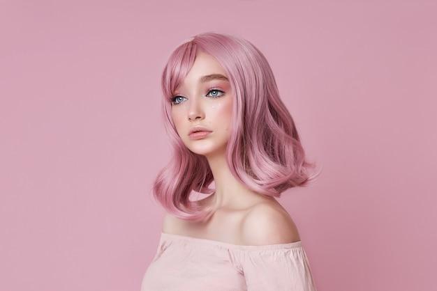 Портрет сексуальной молодой женщины с розовыми волосами. идеальная прическа и окрашивание волос