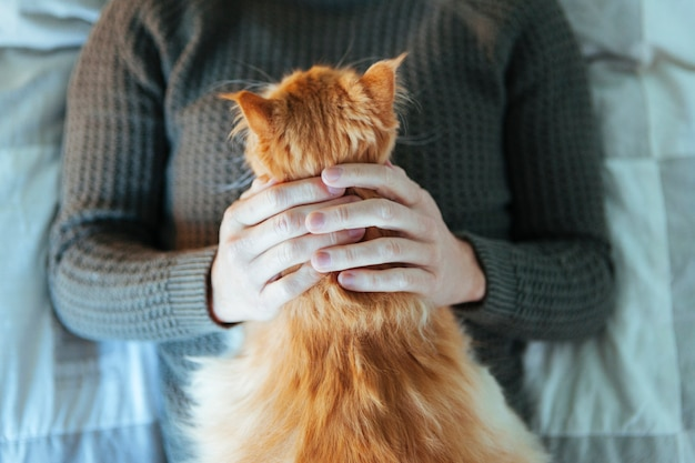 新しい飼い主とシェルター猫の肖像画