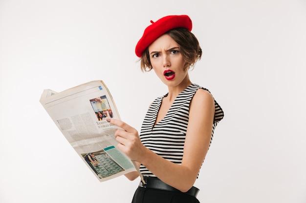 赤いベレー帽を身に着けているショックを受けた女性の肖像画